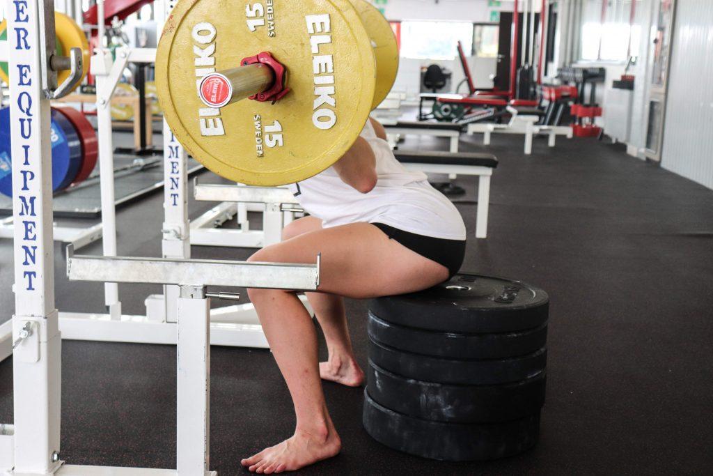 Il Box Squat è una variante che ci permette anch'essa di lavorare sul controllo dell'esercizio