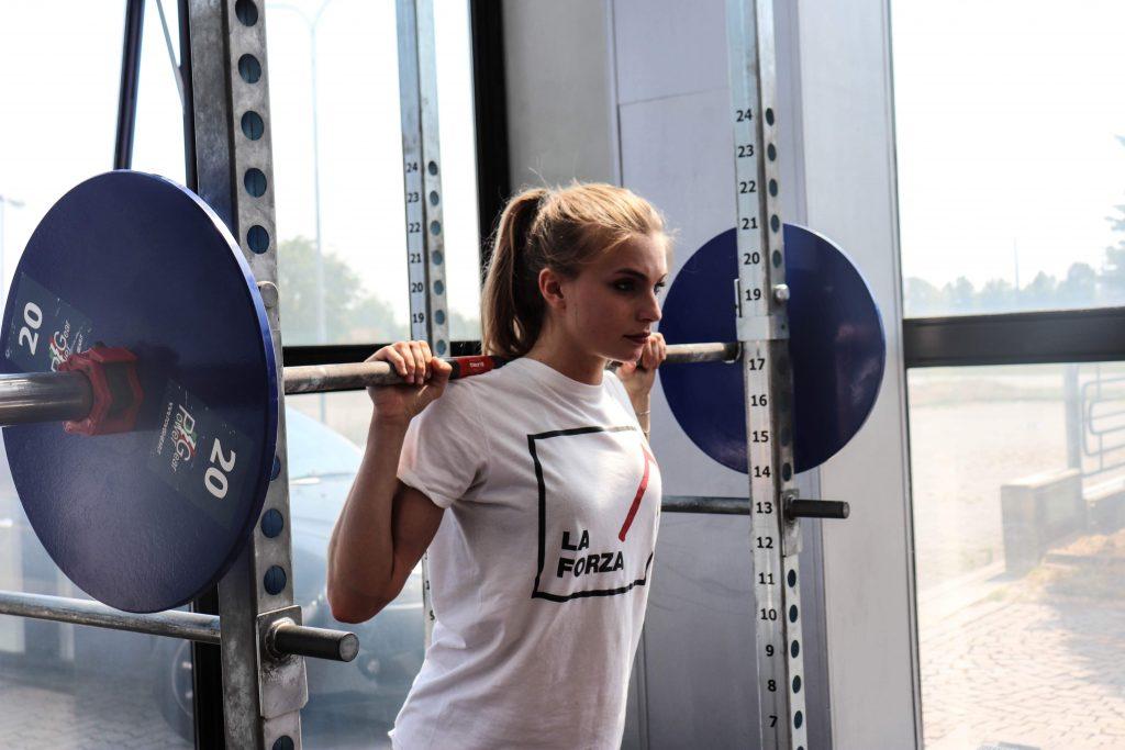 Squat donna - allenamento con i pesi al femminile
