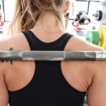 Lo Squat Low Bar è la soluzione ideale per soggetti che presentano atteggiamenti cifotici o lordosi troppo accentuate.