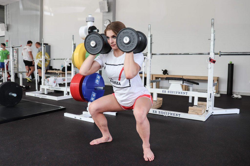 Un'altra variante dello Squat prevede l'utilizzo di manubri, squat con manubri