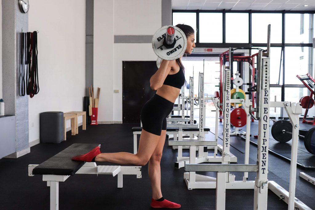 squat bulgaro, posizione laterale in piedi
