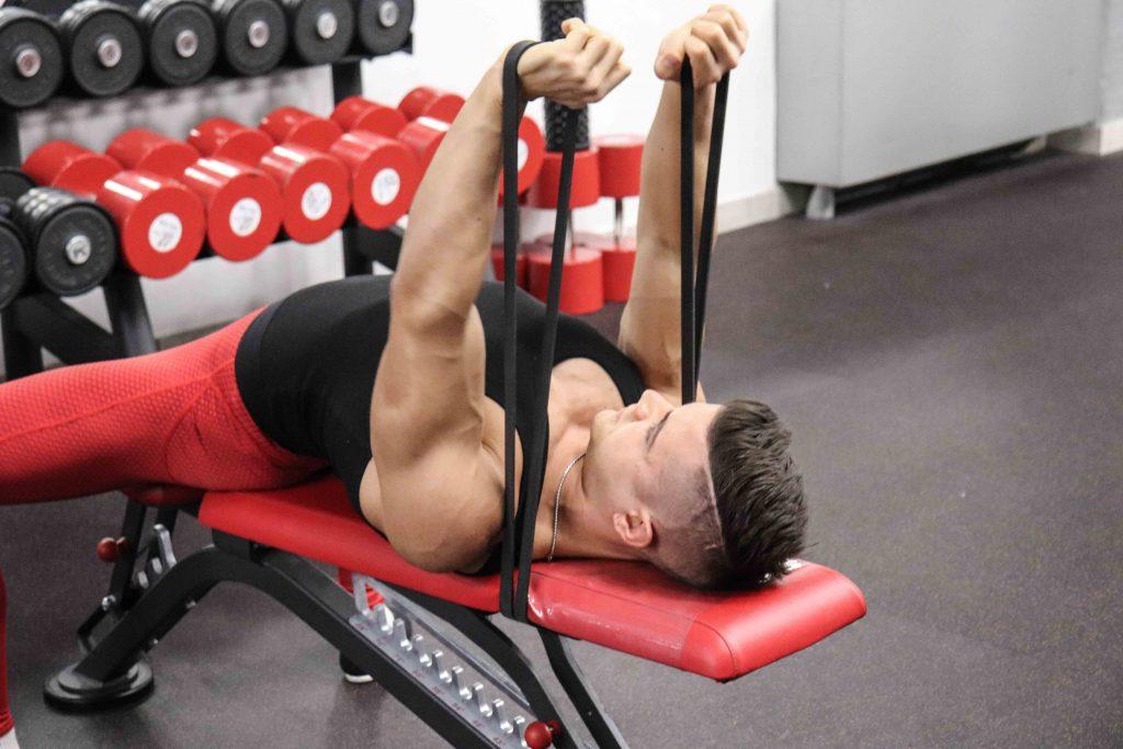 esercizi pettorali: french press elastico