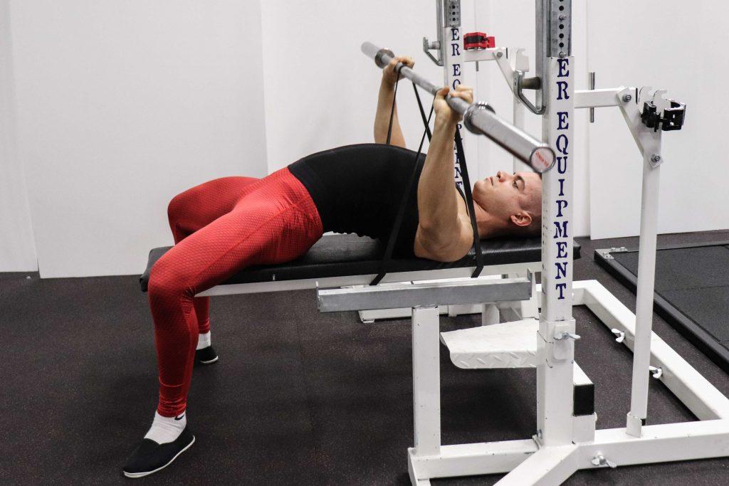 esercizi pettorali: french press elastico panca